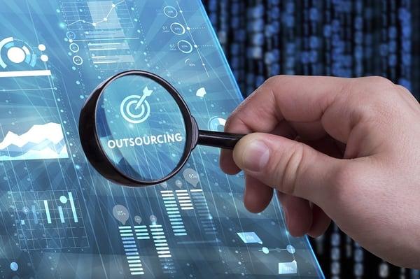 Scrivere contenuti per blog della tua azienda: fai da te oppure outsourcing?
